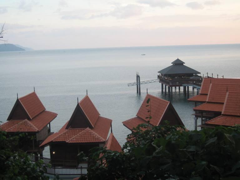 Palafitte su una spiaggia malese