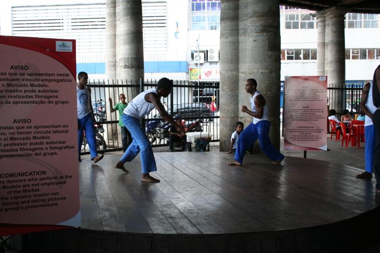 Esibizione in un mercato di alcuni ragazzi impegnati nella Capoeria, la danza lotta tipica del Brasile
