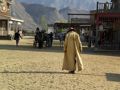 Cowboy che passeggiano per la Città Western