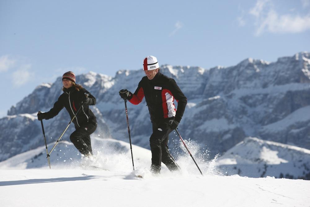 Andare con le ciaspole è uno sport per chi ama la natura e il silenzio delle montagne innevate.