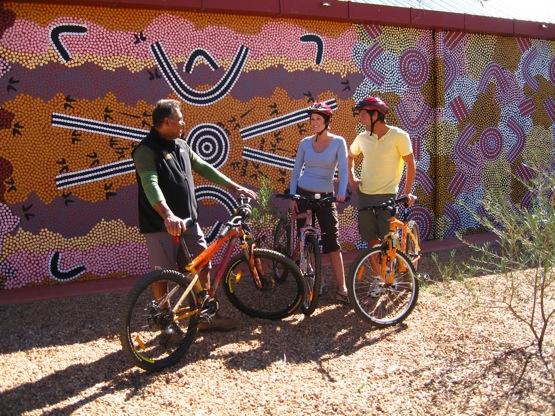 Alice Springs in bici con la guida aborigena