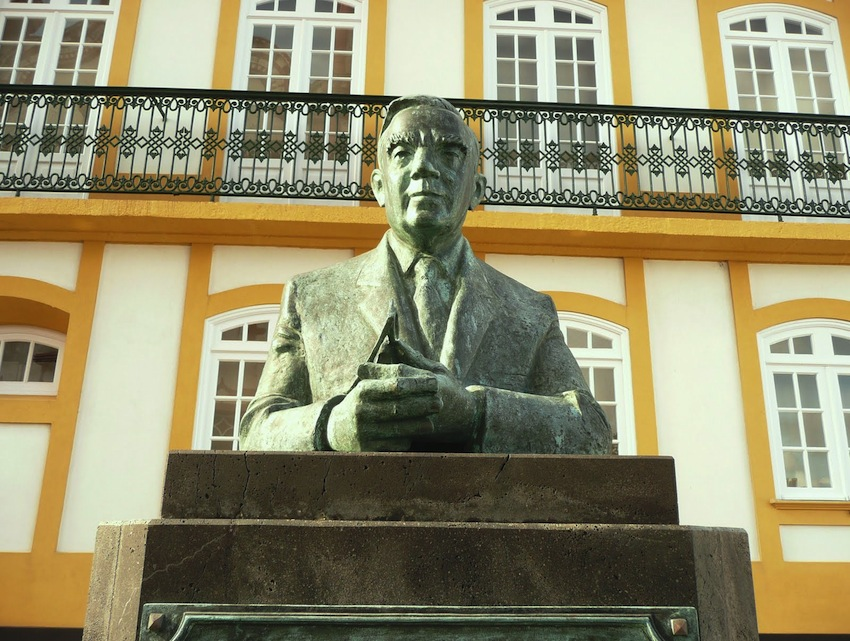 Vitorino Nemesio busto