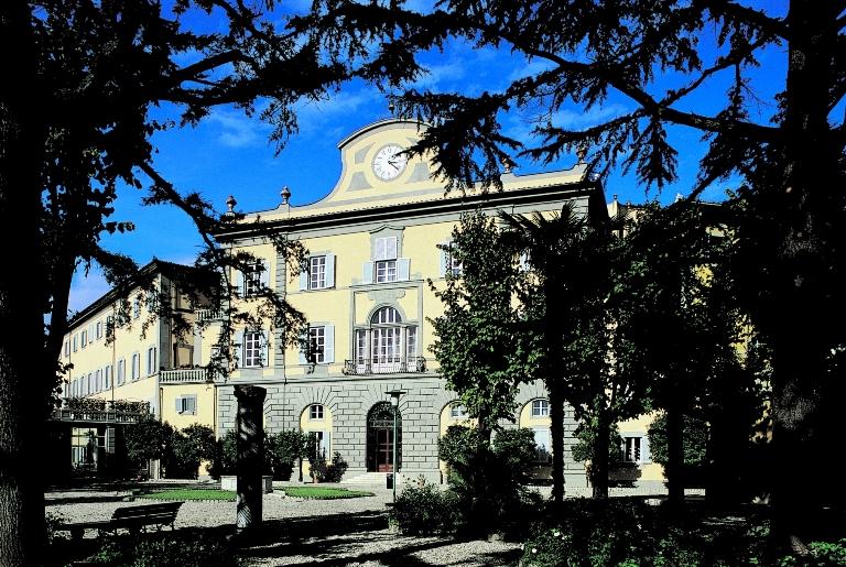 La facciata esterna dei Bagni di Pisa