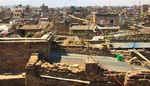 A Bhaktapur sui tetti la vita brulica