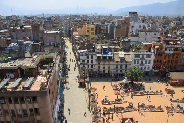 Kathmandu, piazza Durbar a sinistra e inizio via Freack a destra