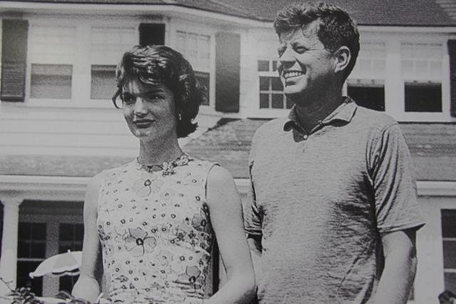 Una delle foto della coppia Kennedy esposta al Museo