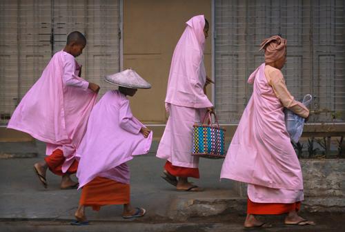 Monaci donne a Mandalay