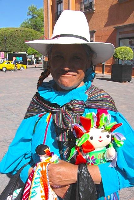 Donna coi costumi della tradizione