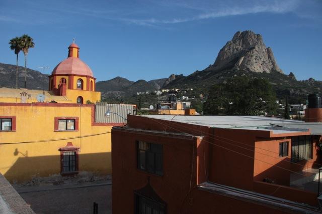 La vista del monolite Bernal dalla terrazza di Casa Mateo