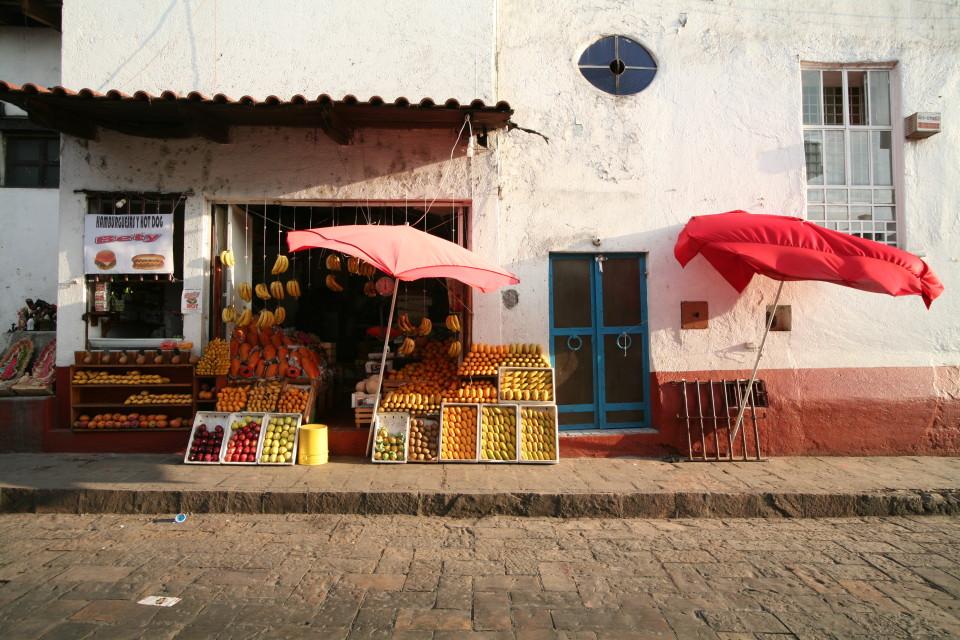 Frutta sul selciato del marciapiede