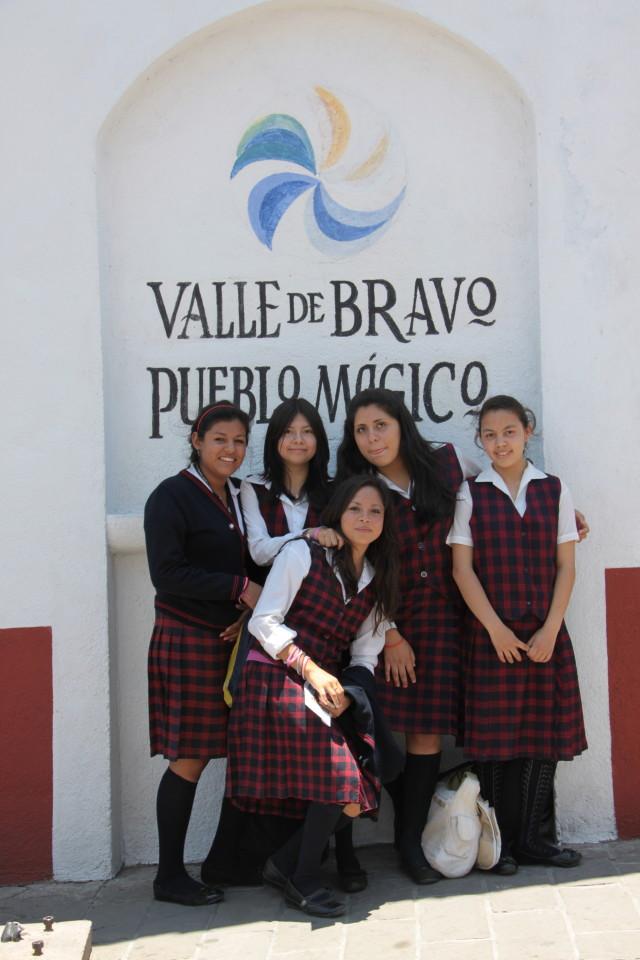 Studentesse di Valle in divisa