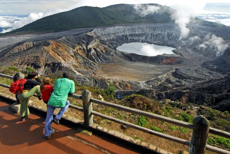 Il cratere del vulcano a Poas
