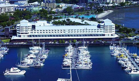 Shangri-La Hotel con la marina di fronte
