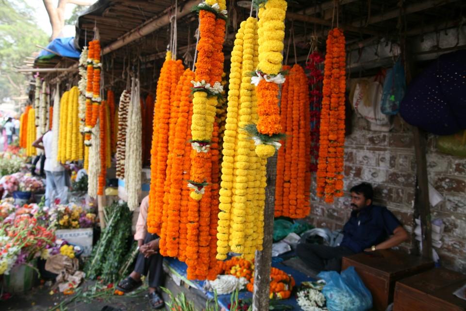 Ghirlande di fiori al mercato