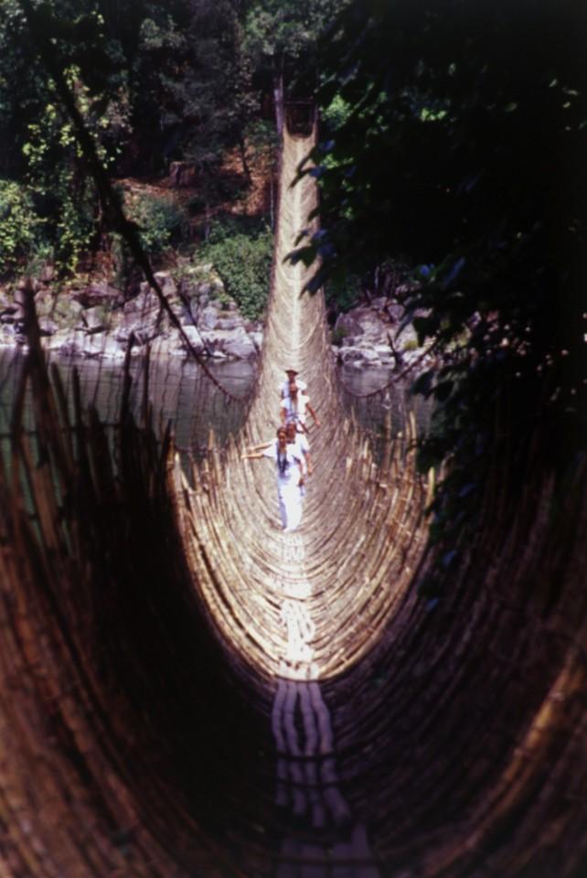 Ponti di legno per attraversare il fiume Brahmaputra