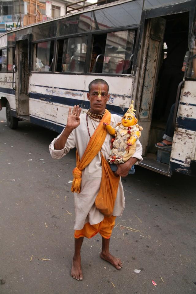 Un Baba si aggira scalzo vicino al tempio Kamakhya Mandir