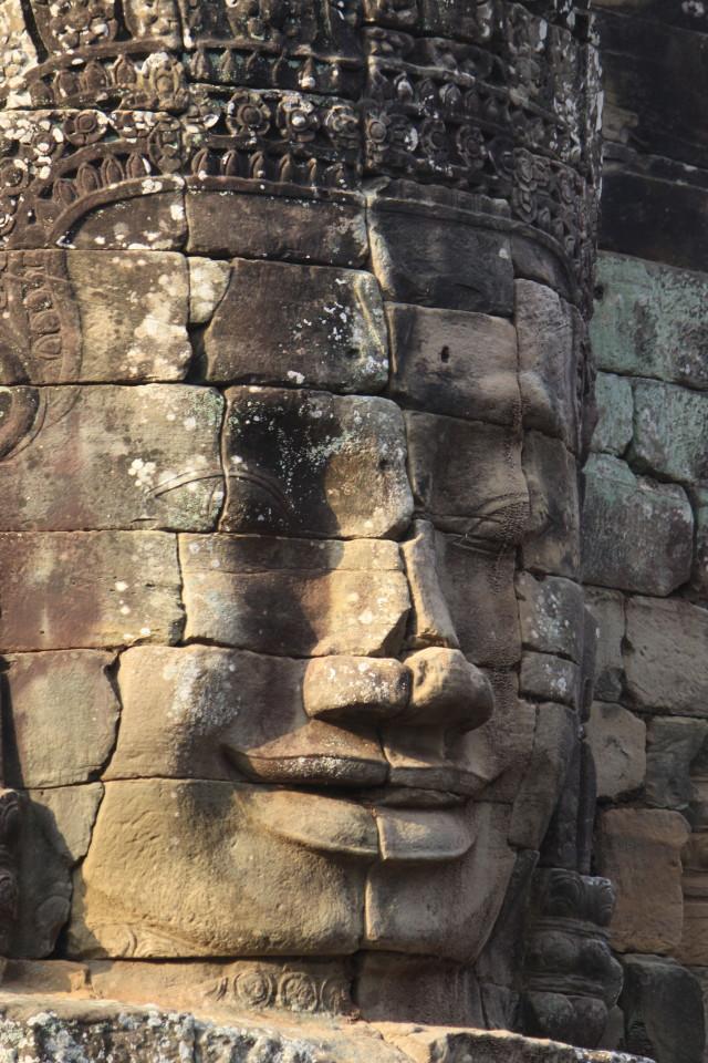 Il volto sorridente del Buddha di pietra