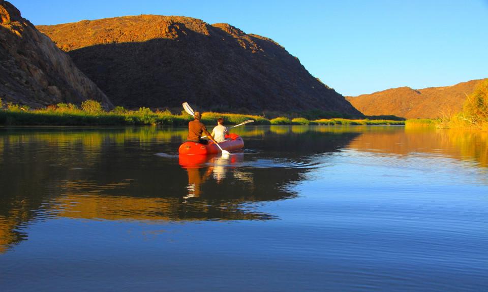 In canoa, di fronte c'è la Namibia
