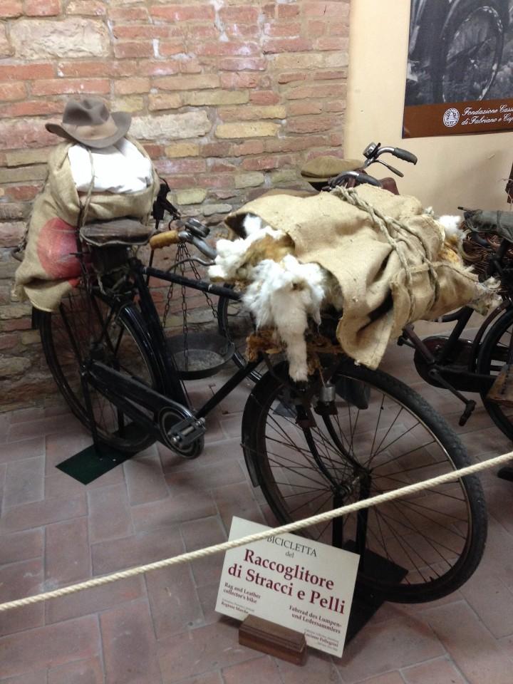 E questa è la bici che ha dato origine a tutto, quella di quando Pellegrini era raccoglitore di stracci e pelli