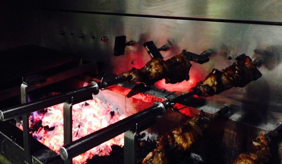 La stupenda griglia con la brace accesa mentre cuoce