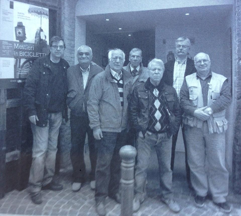 Luciano Pellegrini con il maglione a rombi, insieme al suo staff di volontari