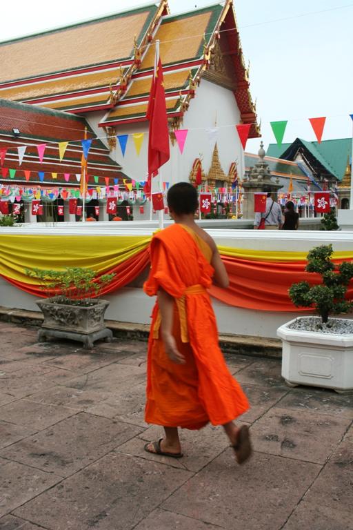 Un giovane monaco al tempio di Bangkok in Thailandia