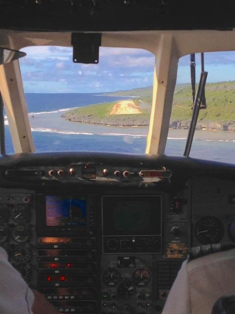 In atterraggio sulla pista sterrata di Mangaia
