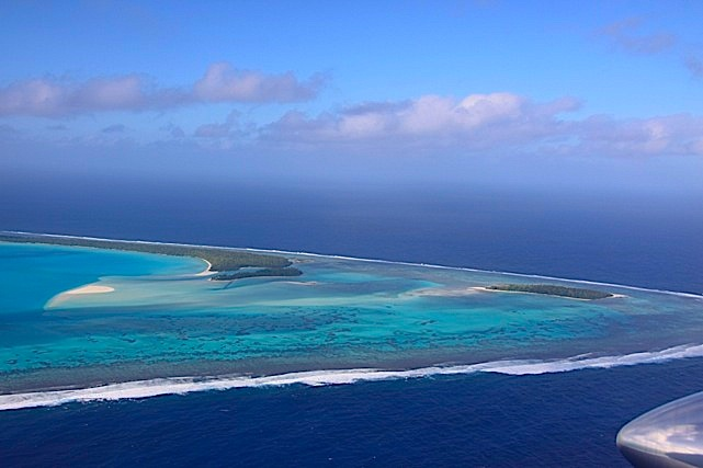 La laguna di Aitutaki vista dall'aereo