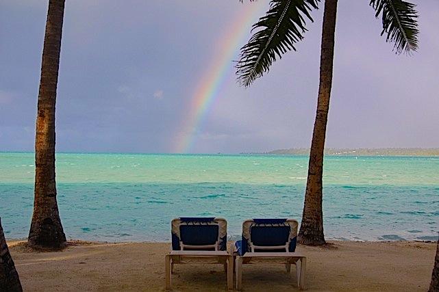L'arcobaleno davanti al Lagoon Resort di Aiututaki
