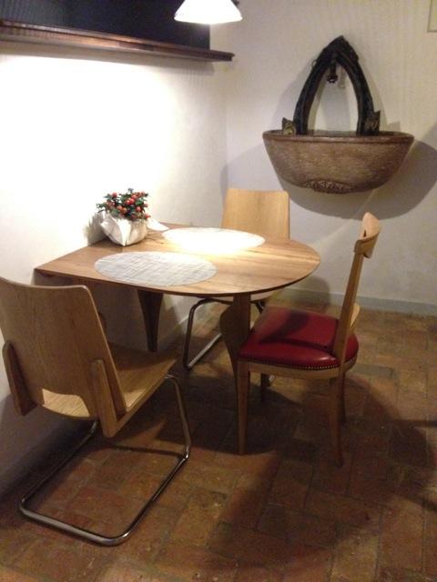 Un altro angolo del ristorante. Tavoli e sedie di legno sono firmati Giacomin