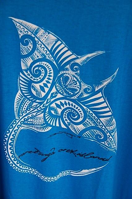 Una manta realizzata su tessuto con i classici disegni Maori rivisitati