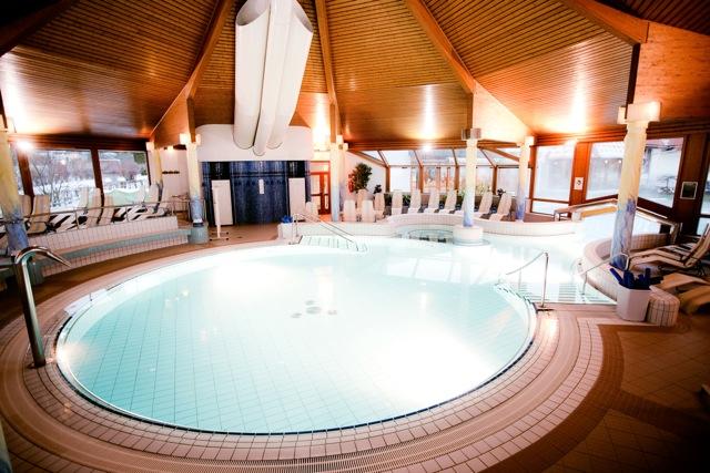 La piscina termale che collega interno ed esterno Terme di Loipersdorf