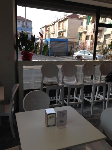 L'interno del locale che fa anche Caffè