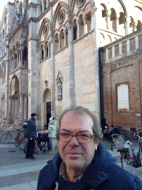 Massimo Maranini nella sua Ferrara con il Duomo alle spalle