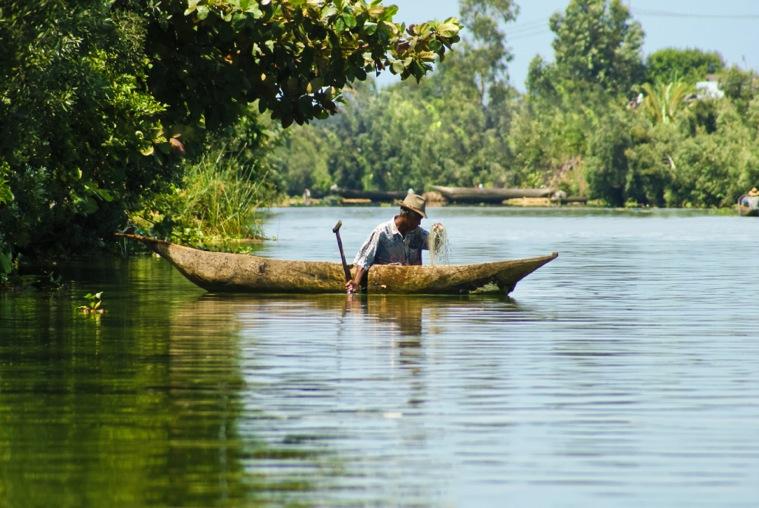 Nel Canale di Pangalanes con le piroghe sulle quali si spostano le famiglie  (credito ONTM)