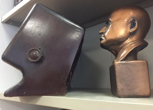 A sinistra la Radio creata ad hoc sul profilo di  Mussolini