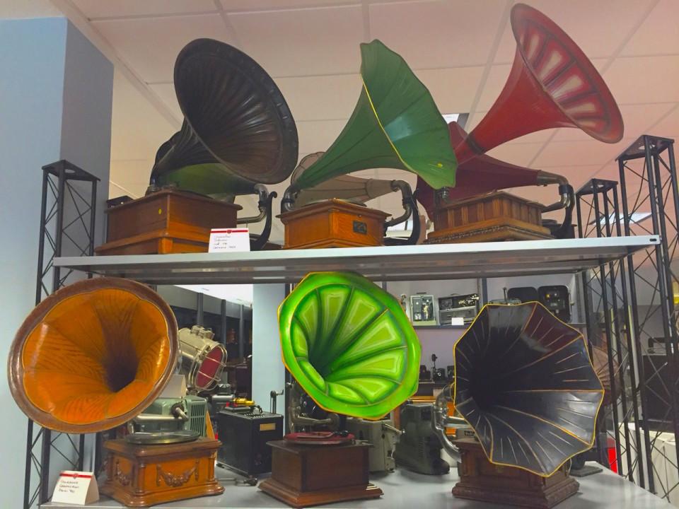 Una serie di grammofoni
