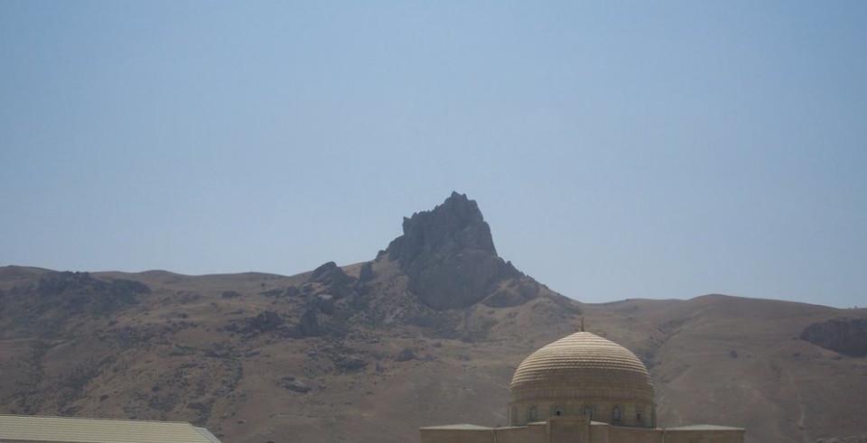 Besbarmaq Daà con l'abitato ai piedi, dal quale ci si incammina