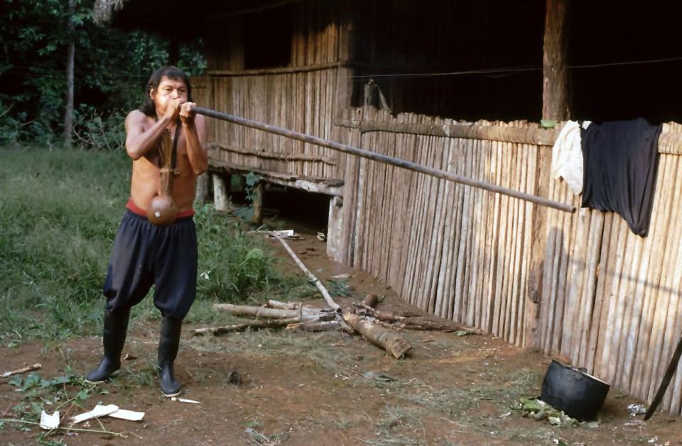 Un nativo Achuar con la cerbottana in Amazzonia