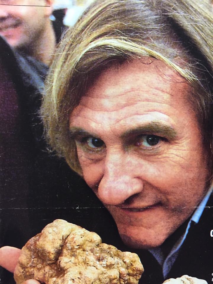 Depardieu con un tartufo gigante (foto Bruno Murialdo)