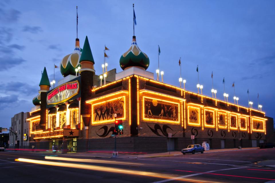 Il Corn Palace illuminato