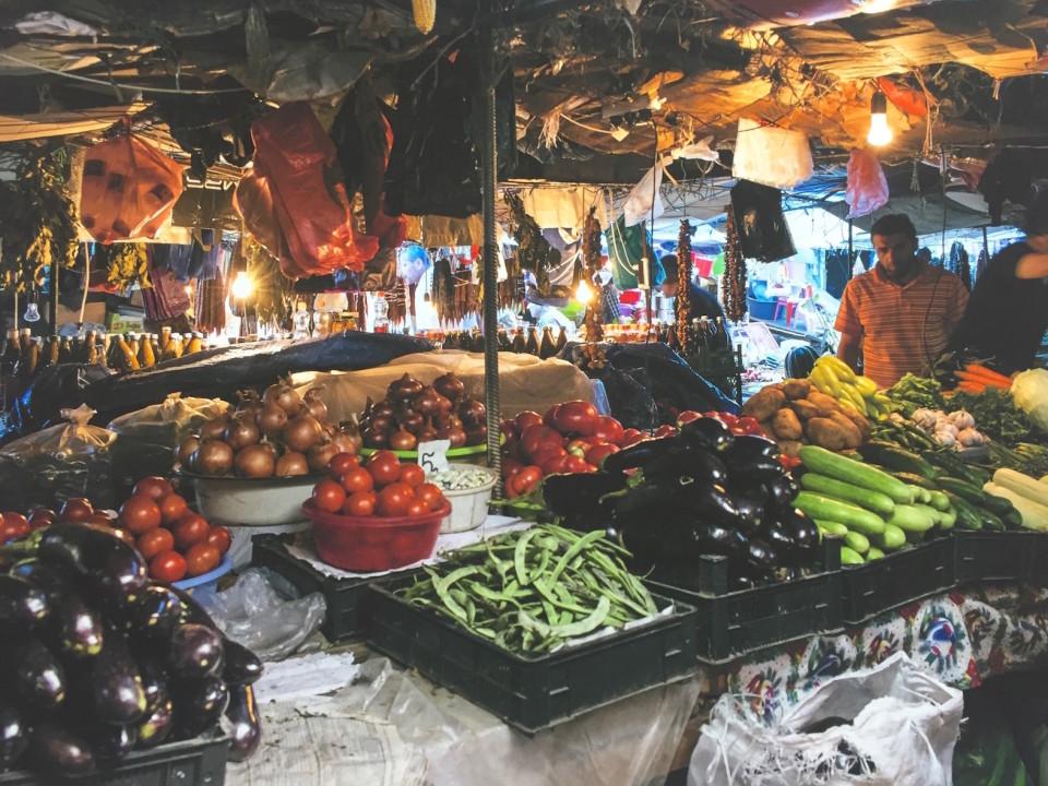 Al mercato di frutta e verdura