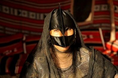 Una donna omanita vestita come da tradizione