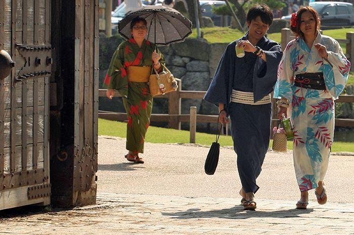 Donne e uomini avvolti nello Yukata
