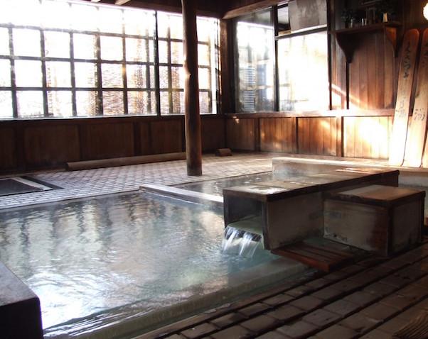 La stanza con la grande vasca di acqua bollente