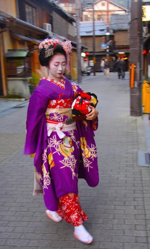 Una geisha al suo arrivo al locale