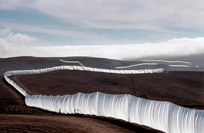 Christo and Jeanne-Claude Running Fence, Sonoma and Marin Counties, California, 1972-76 (Photo Wolfgang Volz)