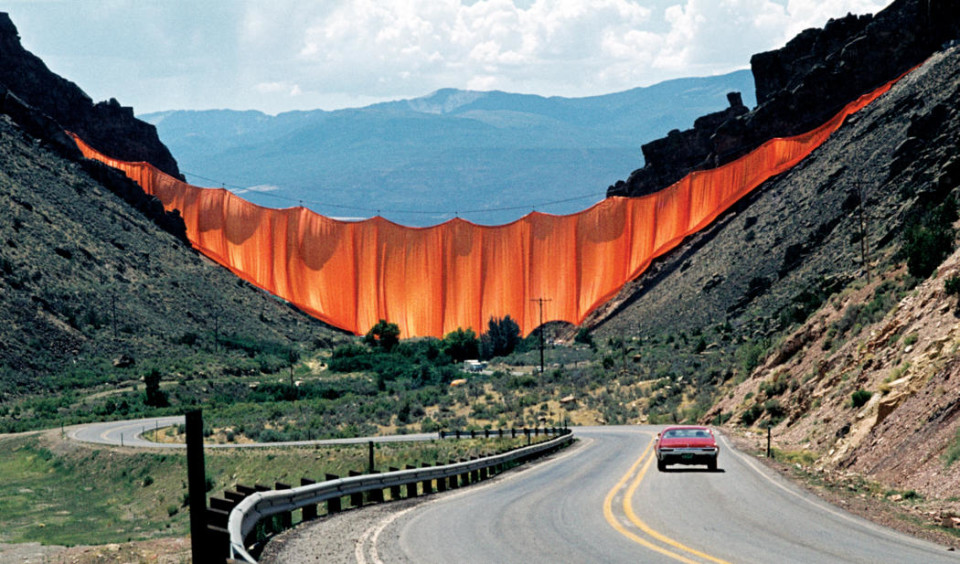 Christo and Jeanne-Claude Valley Curtain, Rifle, Colorado, 1970-72, Photo Wolfgang Volz