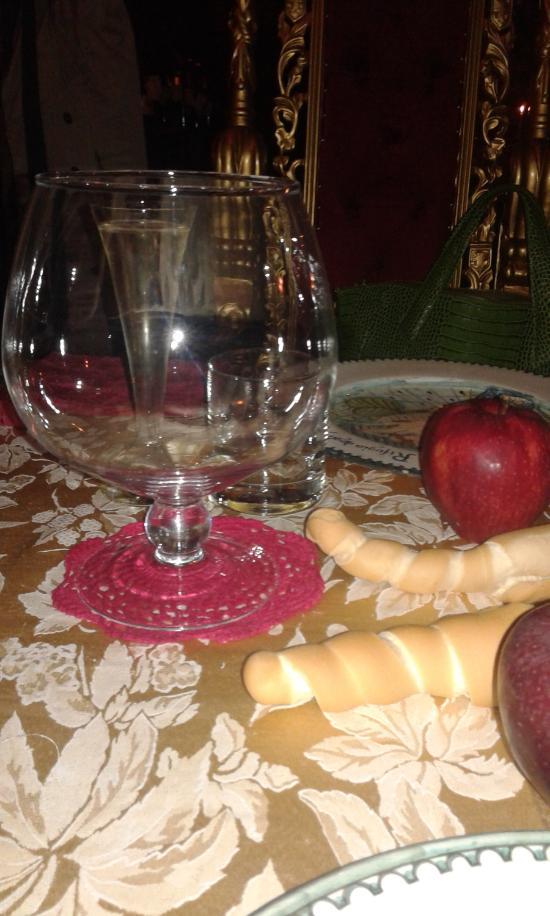 Sul tavolo il bicchiere del vino è alto come la bottiglia