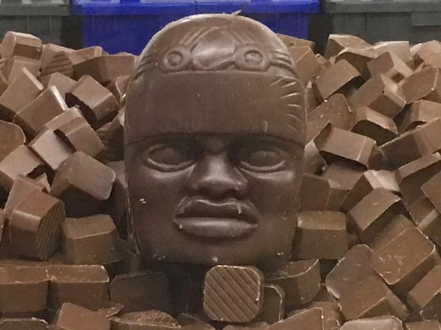 Una testa Olmeca realizzata in cioccolato non fermentato